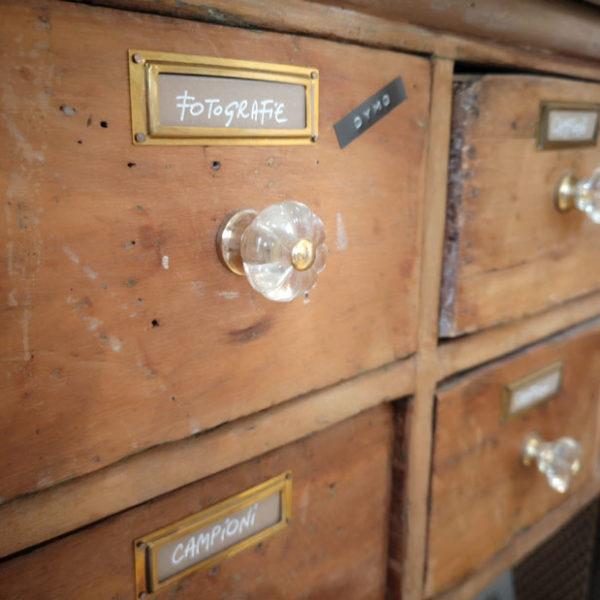 Cassettiera in legno del Laboratorio Cornici