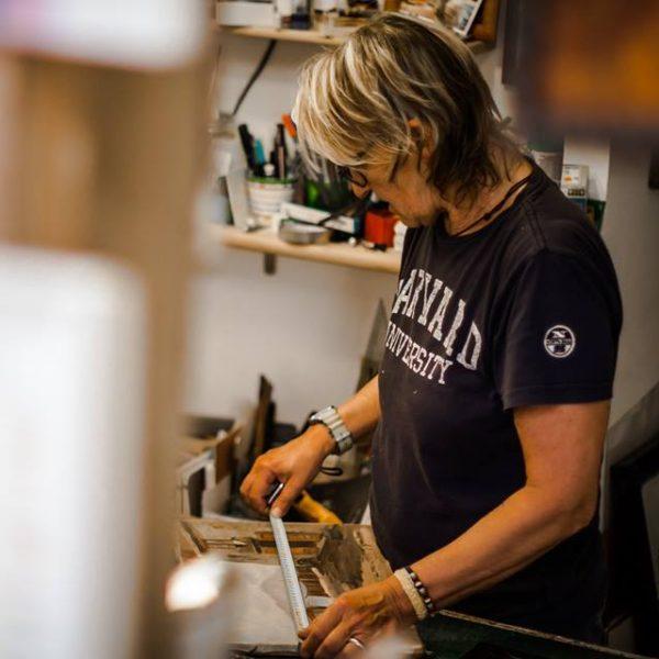 Gabriella Flegar nel suo laboratorio